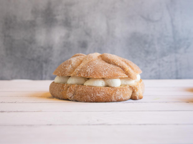 productos-pan-de-muerto-relleno-de-crema-batida-chico-por-pasteleria-alcazar